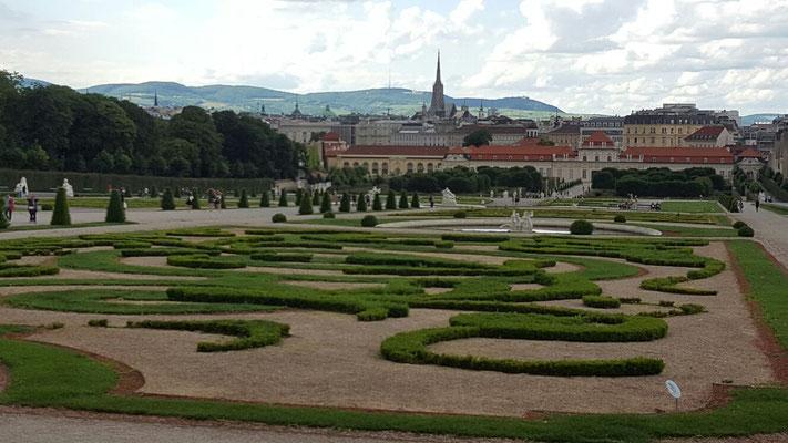 (c) Astrid Wagner (2016), Schöne Aussicht vom Belvedere über Wien auf die Wiener Hausberge