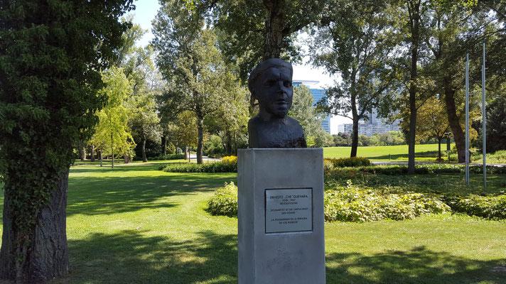 (c) Herbert Wagner (2015), Solidarität ist die Zärtlichkeit der Völker - Ernesto-Che-Guevara-Denkmal im Donaupark