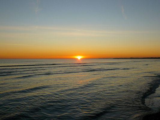 ...und da: Die Sonne scheint aus dem Wasser aufzutauchen!