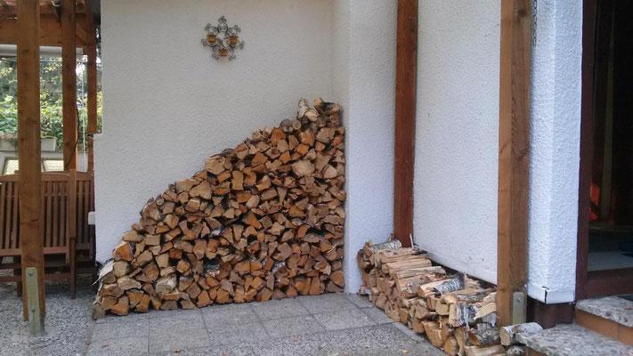 Die Brennholzstapel wachsen.