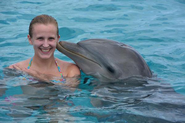 Tessa krijgt kusje van dolfijn op Curaçao
