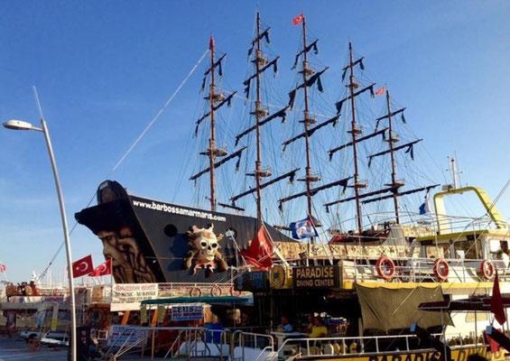 Piratenschip in de haven van Marmaris