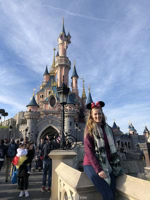 Op de foto bij het Kasteel van Doornroosje Disneyland Parijs
