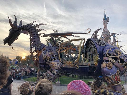 Grote draak in de Disney parade
