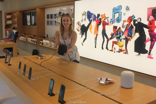 Tessa presenteert de Home Pod in de Apple Store
