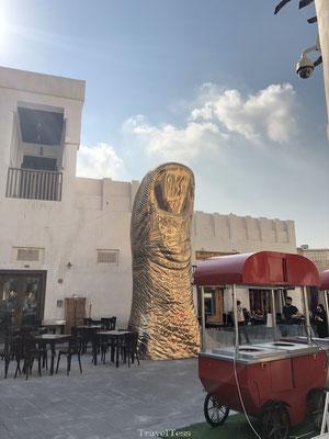 Gouden vinger beeld  South Waqif