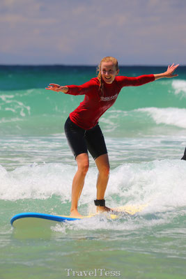 Tessa surft in Gold Coast
