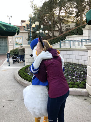 Knuffel met Donald Duck in Disneyland Parijs