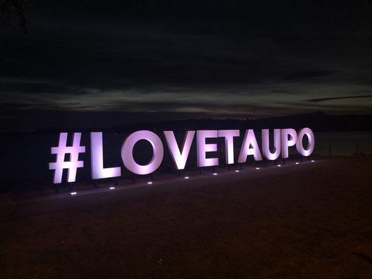 Taupo sign in de avond