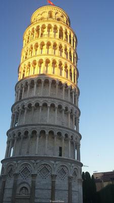 Toren van Pisa half in de zon