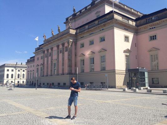 Bebelplatz roze gebouw
