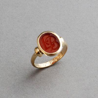 Damenring mit Initialen, Stein: roter Karneol (in Handarbeit geschnitten), Ring 750er Gelbgold
