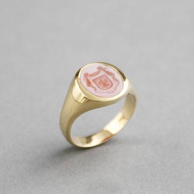 Damen Wappenring, Stein: rotbrauner Lagenachat (in Handarbeit geschnitten), Ring 585er Gelbgold