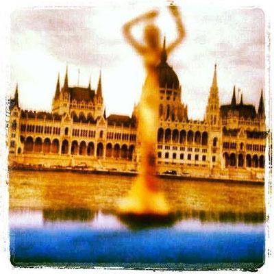 Esperanza in Budapest, auf der Donau. Im Hintergrund das Parlament.