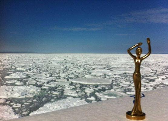 Esperanza in der Bucht von Anadir, umgeben von Shelf Eis so weit das Auge reicht
