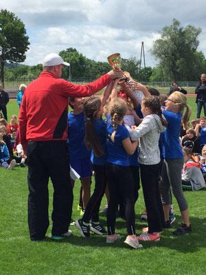 Schulsportkoordinator Marc Schwesig überreicht den Pokal