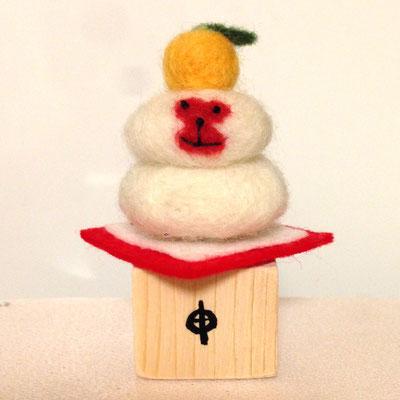 1月のおサル、「鏡餅ザル」。木製台、毛氈つきセット価格1500円/1匹。