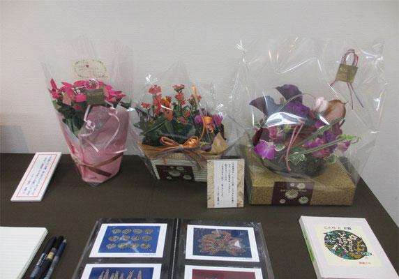 *会場を華やかに引き立ててくれましたお祝いのお花たち。手前は板木彫り絵アートカード画集。