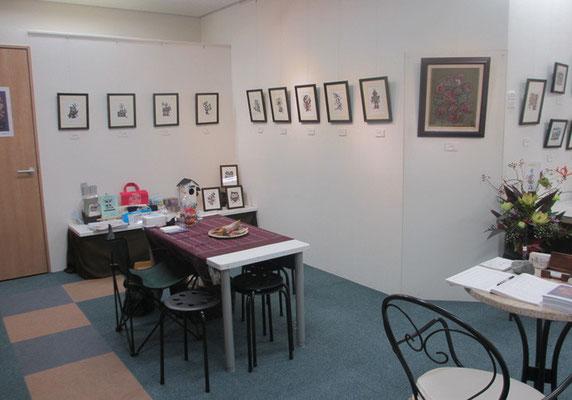 *今回はこちらが特設ミホットアートカフェ。お客様たちとの楽しいひと時を心地よく演出してくれた紫色エスニック布掛けテーブル。壁面は木版手彩<なごみ日和シリーズ>セレクト作品。