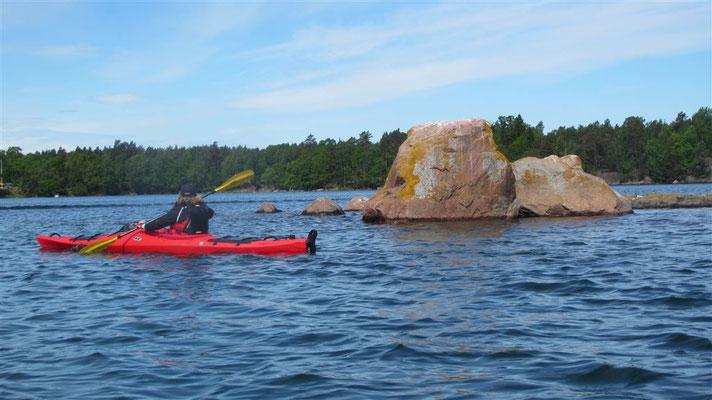 Felsen in allen Formationen - teilweise auch unter Wasser! Gefahr für andere Boote.