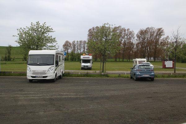 Der Park- und Stellplatz.