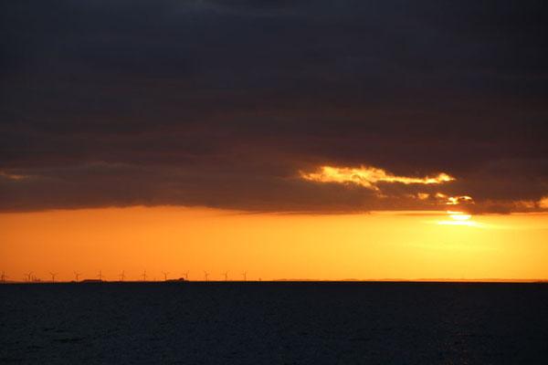 Schweden begrüßt uns mit einem herrlichen Sonnenuntergang - im Hintergrund die Windräder