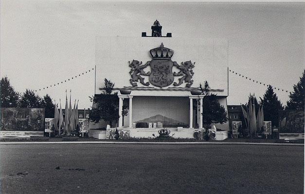 Versiering tgv 50 jarig regeringsjubileum Koningin Wilhelmina