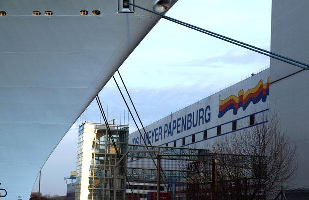 Ausgedockt: Schiff vor der Meyer Werft.