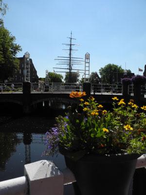 """Blick von der MediTerra-Terrasse auf den Hauptkanal und die """"Friederike von Papenburg"""". Foto: Judith Alwin"""