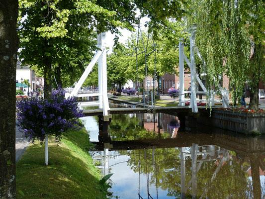 Pitoresk: Holländer-Brücke über den Hauptkanal....