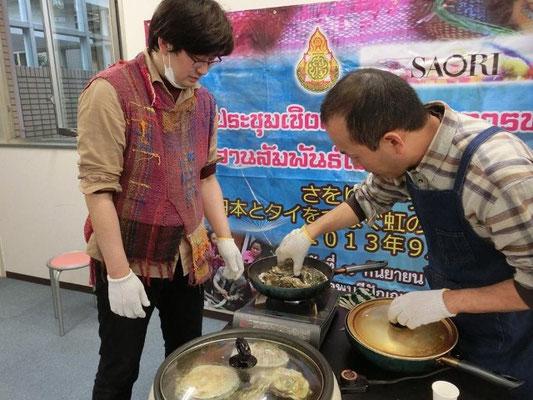 殻付きの牡蠣と帆立をカセットコンロとホットプレートで焼くという荒技。