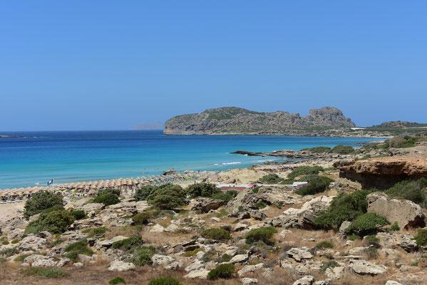 灼熱の太陽が照りつくビーチ。海の向こうはエジプト.