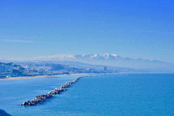 クロアチアに面したアドリア海の町、テルモリから眺めた冬のグランサッソ