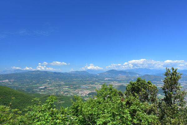 イタリア南部カンパニア州カゼルタ近郊の山からみたマテーゼ州立公園となっている石灰岩の山々