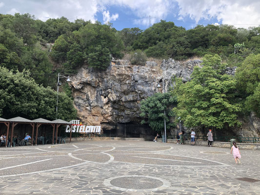 カステルチヴィタ(Castelcivita)鍾乳洞入口。看板も小さく地味な観光名所だが、好きな人にはたまらなそうな空間