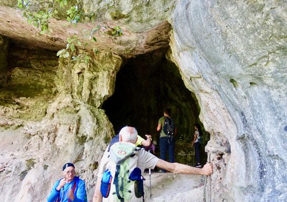 登山の途中で洞窟に出くわすのは普通