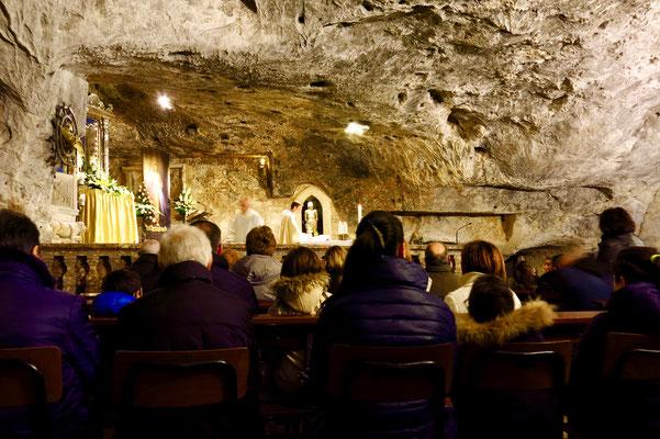 大天使ミカエルが現れたという「大天使の洞窟」で現在も行なわれるミサ(モンテ・サンタンジェロ、プーリア州)