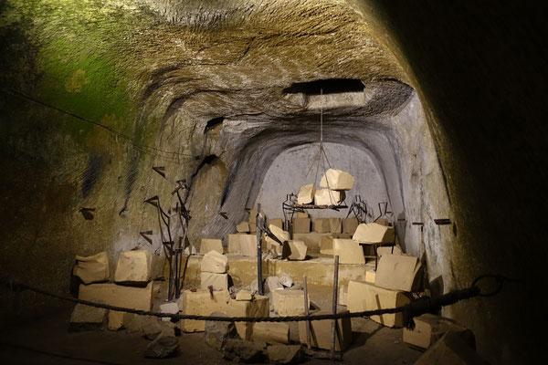 建物を建てるために石を切り出したことでできた地下空間は、ナポリ旧市街中に網羅