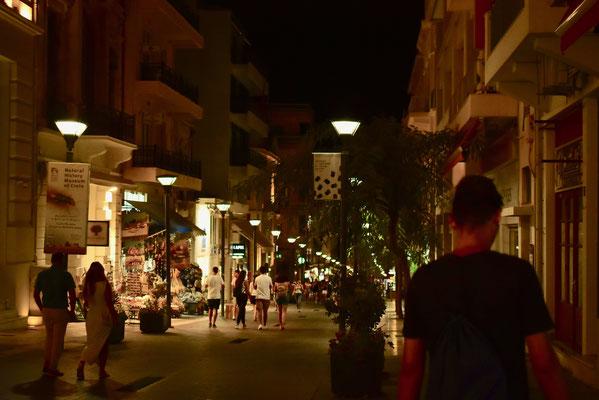 夜0時近くまでおみやげ物屋もレストランもオープンしている8月のイラクリオン市内