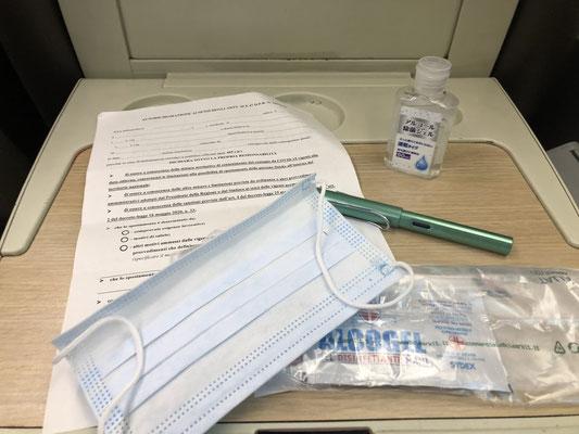 イタリア 国鉄では乗車は通常の半分の座席数のみ販売。コロナウィルス陰性の自己申告書に記入して、配布されたマスクをして座席をジェルで消毒