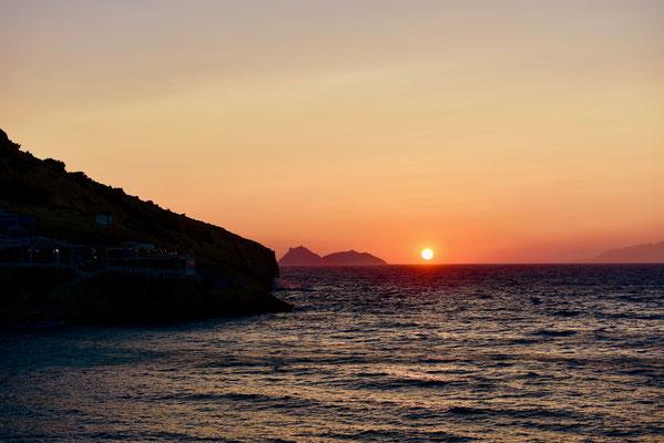 リビア方向の海に沈む夕日。現在も難民が絶え間なく到着するギリシア。確かに、簡単に地中海を渡れそうな気がしてくる。