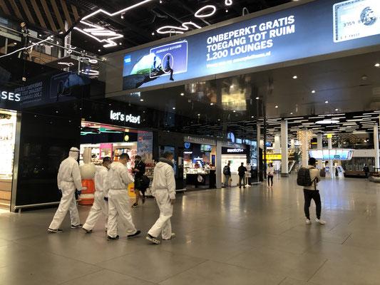 アムステルダム・スキポール空港やシャルル・ド・ゴール空港でみかけるコロナ対策業務を行う空港職員