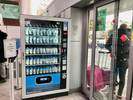ナポリ・カポディキーノ空港入口に設置された旅の安全グッズを売る自動販売機