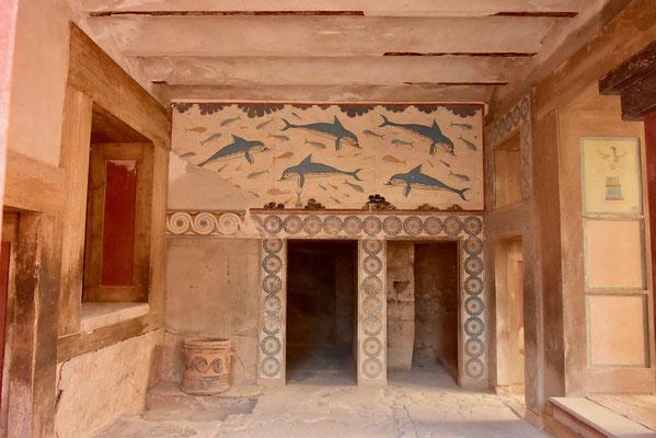 フレスコ画や色彩で装飾されていた宮殿内部