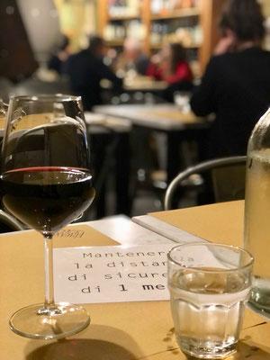 レストラン・テーブル席に置かれた「1mのソーシャルディスタンス」をとるように伝える紙
