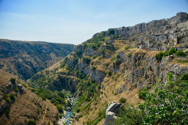洞窟住居のマテーラにみられる石灰岩の谷