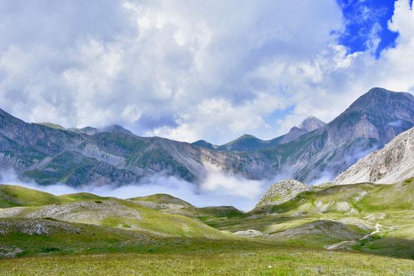 イタリア中部アブルッツォ州グランサッソの最高峰、コルノ・グランデ周辺の山々も石灰岩