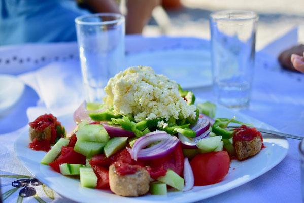 通常はサラダに載っているのは長方形型のフェタチーズだが、手作りのそぼろ状のフェタを載せて出してくれた農家レストラン