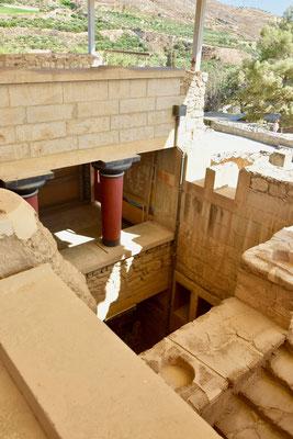 4〜5層の部分も残るクノッソス宮殿。ダイタロスが翼をつけて逃げたという天井はどれだろうと想像してみる