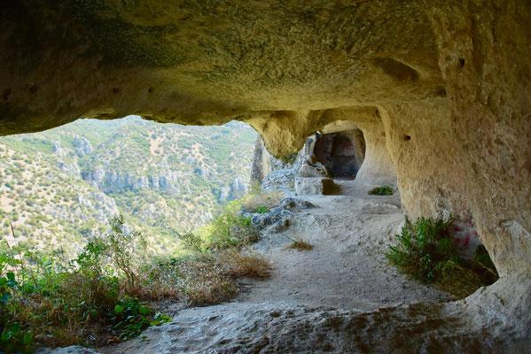 マテーラの街の奥にある谷に残る先史時代の居住跡が残る洞窟